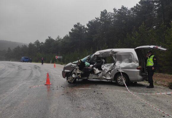 Tır minibüse çarpıp kaçtı: 1 ölü 1 yaralı
