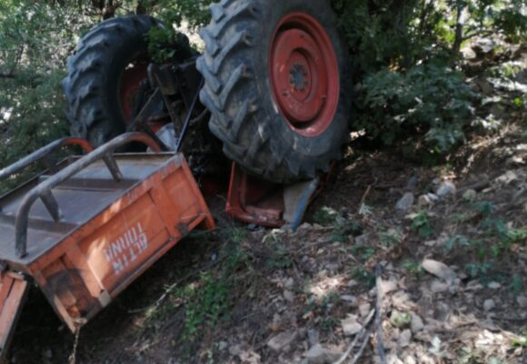 Tekeri kopan traktör şarampole devrildi