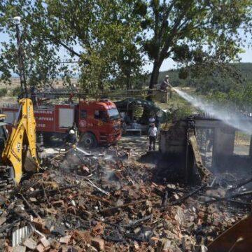 Ev yangını ormana sıçramadan söndürüldü