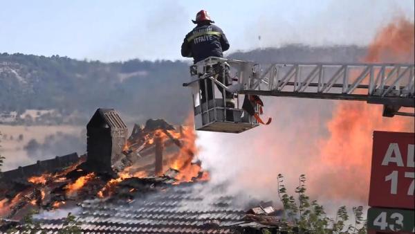 Çatı yangını 1,5 saatte söndürüldü